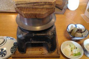 謎多し?白山比咩神社横の「森茂」で、出来たて釜飯定食をいただきました。