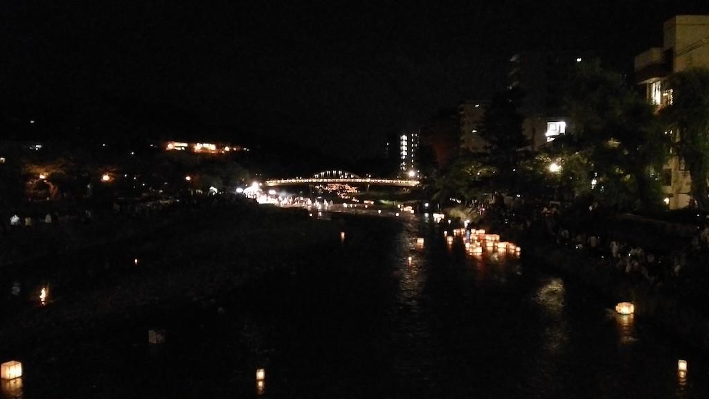 【写真付】2017年 加賀友禅灯篭流しの幻想的な景色に見入る!