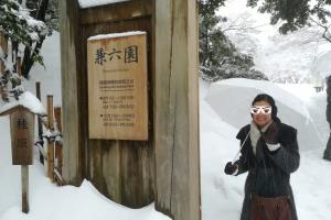 大雪の兼六園は幻想的な観光スポット